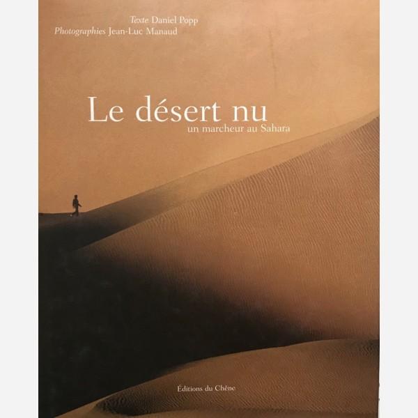 Le désert nu. Un marcheur au Sahara